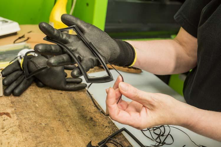 Ved sprøjtestøbning af gummiemner kvalitetskontroleres emnerne